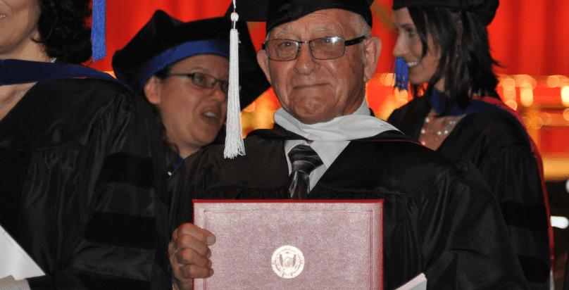 Il laureato più anziano del mondo è vecchio 99 anni